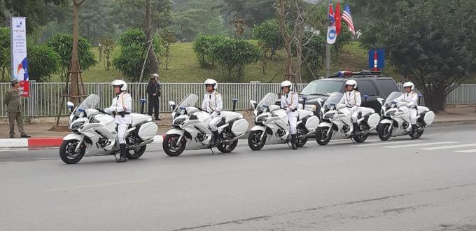 Đoàn mô tô dẫn đường vào vị trí xuất phát.