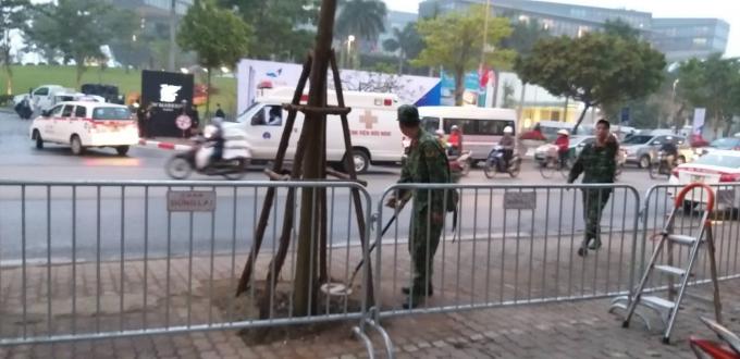 Đội công binh dò mìn, kiểm tra an ninh.