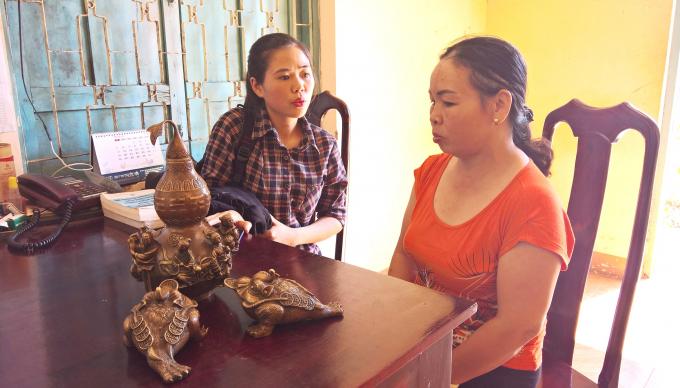 Bà Thu đang kể lại với phóng viên về việc mình bị các đối tượng lừa bà mua đồ cổ