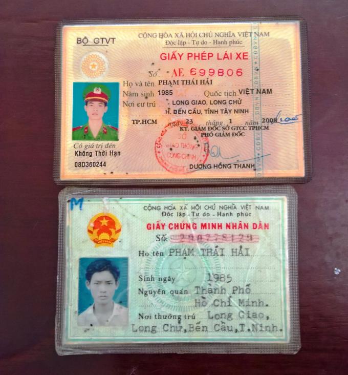 Chứng minh nhân dân và giấy phép lái xe có dán đồng phục công an giả được Hải dùng để đi lừa