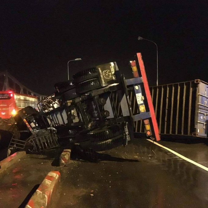 Đắk Lắk: Xe container lật nghiêng trên cầu, tài xế kẹt trong cabin
