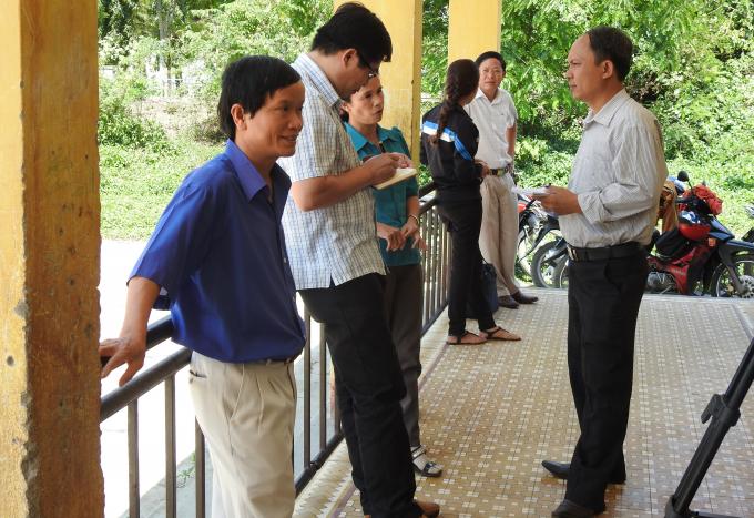 Lãnh đạo trường Buôn Ngô A, trường Tiểu học xã Hòa Phong,huyện Krông Bông đang trao đổi với phóng viên