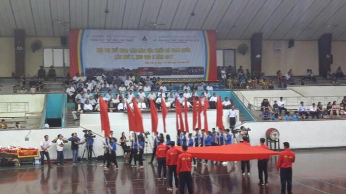 Hồng kỳ đang được Thanh niên tỉnh Đắk Lắk rước qua lễ đài
