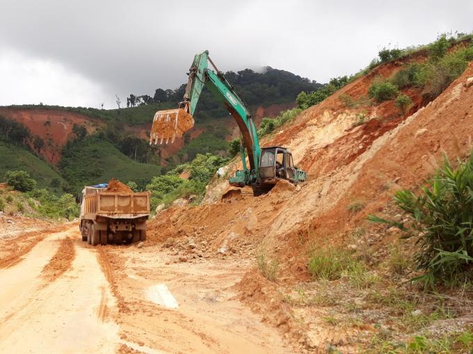 Máy múc và một số xe múc đất tạm chứ huyện vẫn chưa đấu giá chọn nhà thầu khắc phục đường để dân đi lại.