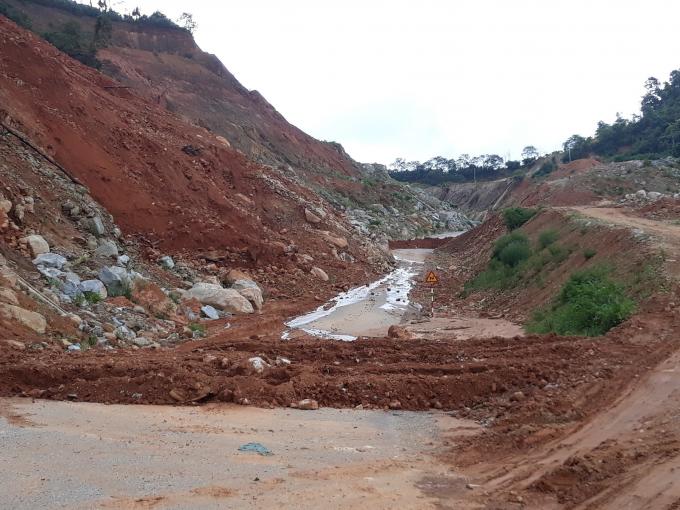 Hàng trăm mét đường bị hàng nghìn m3 đất đá sạt xuống mỗi khi trời đổ mưa lớn làm giao thông tê liệt.