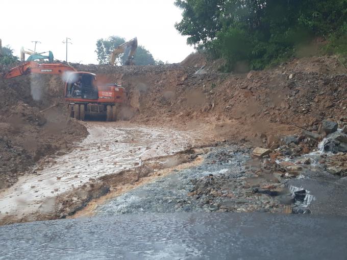 Sau 6 ngày xảy ra vụ lở đất kinh hoàng các phương tiện vẫn đang ngày đêm dọn đất, đá để quốc lộ 14E được lưu thông trở lại.