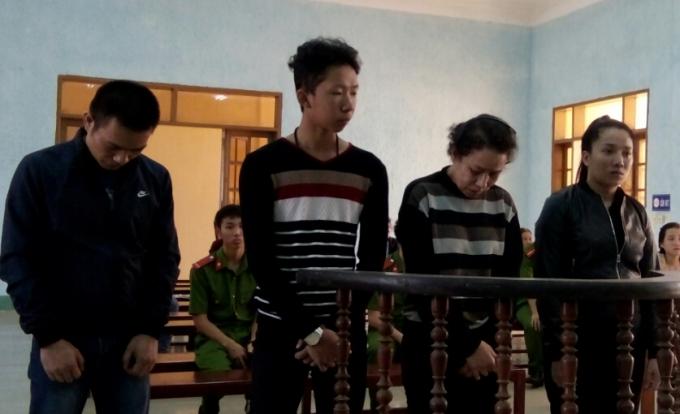Nữ quái Nguyễn Thị Thùy Trang (đứng giữa) cùng các đồng phạm tại tòa.