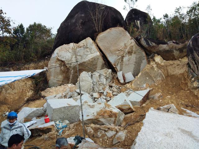 Một bãi đá khai thác trái phép tại xã Hòa Bình, thành phố Kon Tum.