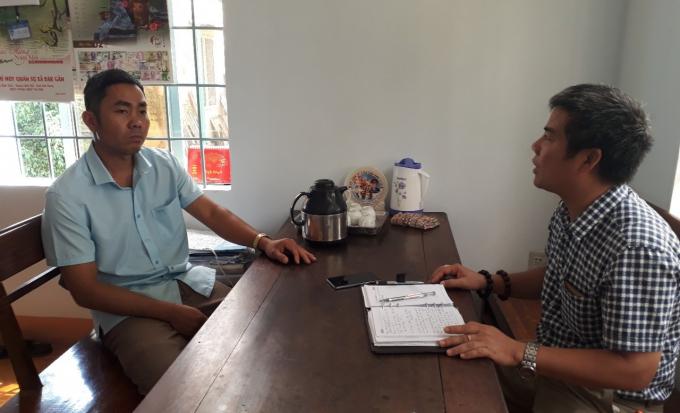 Ông Phạm Văn Nam - Chủ tịch UBND xã Đắk Gằn đang trao đổi về vụ việc.