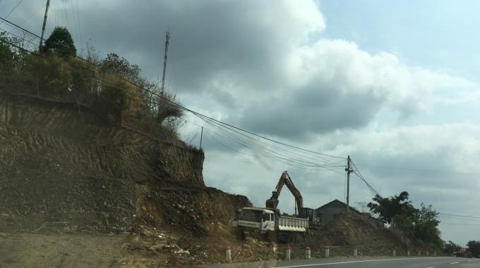 Xe ben, máy múc hoạt động ngay sát quốc lộ 14 nhưng chính quyền xã, huyện không biết.