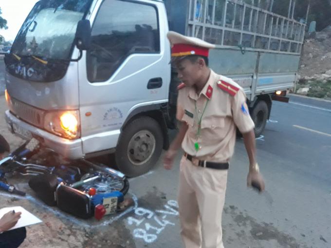 Chiếc xe Cúp 50 do anh Công điều khiển bị văng vào vệ đường