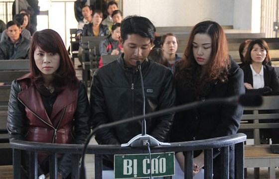 Bị cáo Trần Thị Phi Yến (áo đen ngoài cùng bên trái) trong vụ án xét xử năm 2015 về tội lừa đảo chiếm đoạt tài sản( ảnh Sài Gòn Giải Phóng)