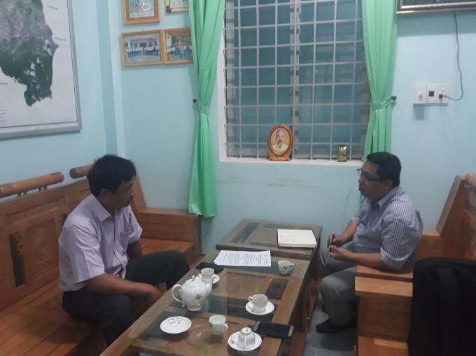 Ông Y Te- Hạt trưởng Hạt kiểm lâm Krông Bôngđang traođổi với chúng tôi về vụ việc