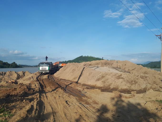 Bãi tập kết cát lậu khổng lồ sát hồ thủy lợi Yang Réh
