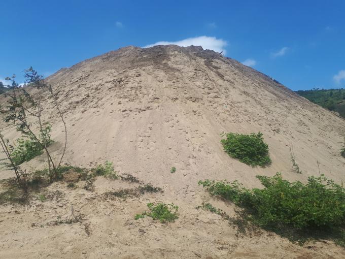 Bãi cát lậu khổng lồ cả chục ngàn m3 cách UBND xã Yang Réh khoảng 2km.