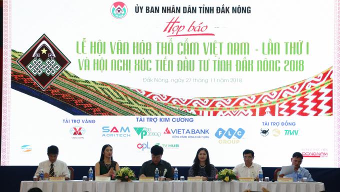 Lãnhđạo tỉnhĐắk Nông,Hoa hậu Ngọc Hân - Đại sứ thổ cẩm của Lễ hội (thứ 2 từ trái qua)tại buổi họp báo.