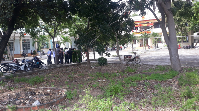 Thượng tá Trần Trọng Sơn( áo trắng đứng giữa)- Trưởng phòng PC45 Công an tỉnh Gia Laiđang chỉđạođiều tra vụán tị hiện trường