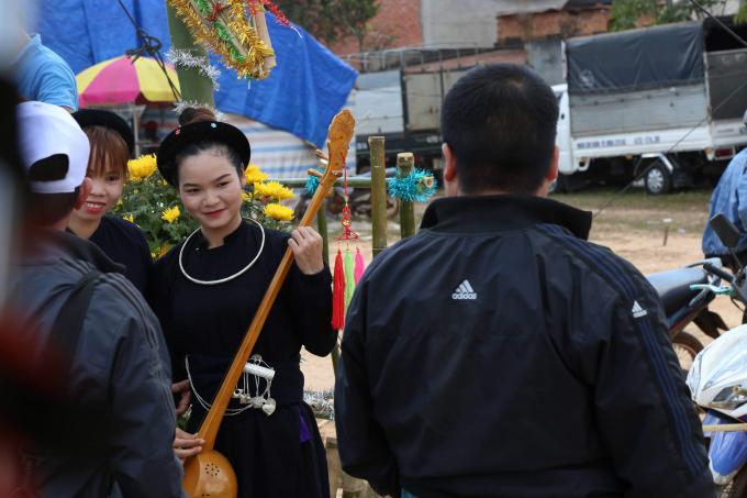 Tiết mục giao duyên của cô gái người Mường trong lễ hội trước sự chứng kiến của du khách.