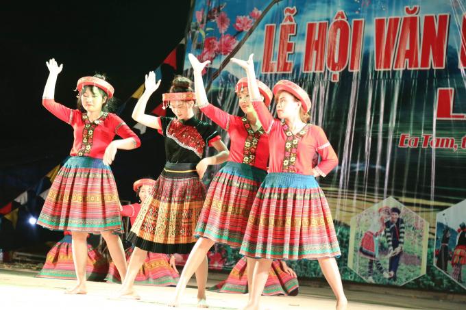 Tiết mục múa của các thiếu nữ người Mông trên sân khấu lễ hội.