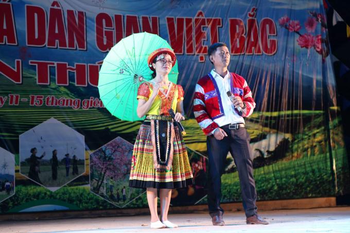 Một tiết mục văn nghệ của cô gái Thái và chàng trai Mường tại lễ hội.