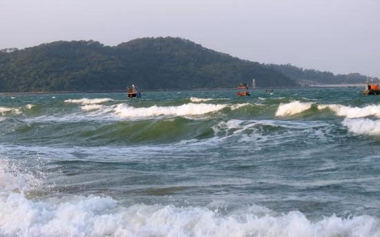 Dự báo, trong 1-2 ngày tới, ở vùng biển ngoài khơi các tỉnh từ Bình Thuận đến Cà Mau, khu vực giữa và Nam Biển Đông tiếp tục có mưa giông và gió mạnh. Ảnh: minh họa