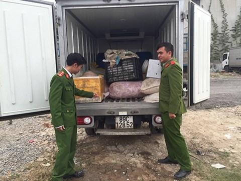 Sau nhiều ngày trinh sát, lực lượng Cảnh sát môi trường, CAQ Hà Đông phối hợp với lực lượng chức năng kiểm tra bắt giữ hoạt động mua bán nội tạng động vật của các đối tượng.