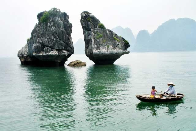 Hạ Long hấp dẫn du khách bởi phong cảnh tuyệt đẹp vừa có núi, vừa có biển Ảnh: Q.N