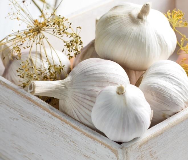 Tỏi là một trong những thực phẩm giúp làm sạch, loại bỏ độc tố ra khỏi cơ thể hiệu quả. Ảnh:Huffingtonpost.