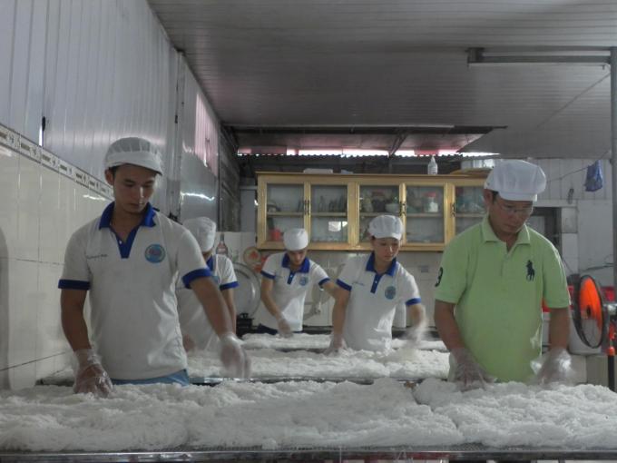 Bún sau khi được kéo thành sợi phải để nguội trước khi đóng gói.