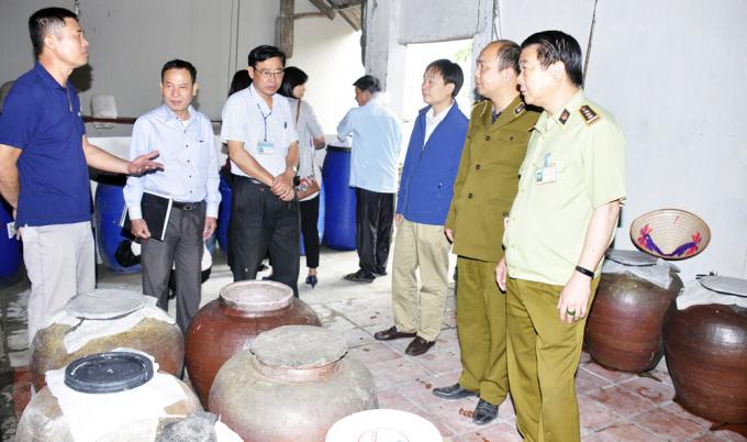 Quản lý thị trường Hà Nội kiểm tra cơ sở sản xuất rượu thủ công tại xã Hồng Minh, huyện Phú Xuyên. Ảnh: Hoài Nam