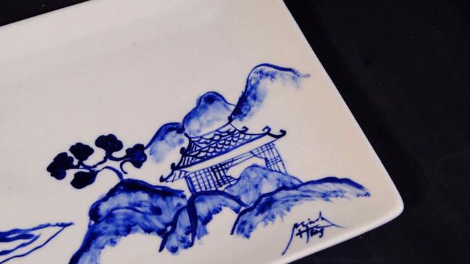 """""""Đông - Tây hội ngộ"""": Triển lãm tranh sơn mài và gốm của 2 họa sỹ trẻ"""