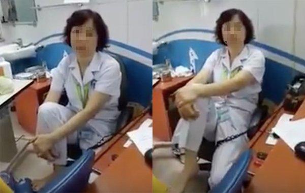 Hình ảnh bác sĩ gác chân lên ghế nói chuyện với bệnh nhân. (Ảnh cắt từ clip)