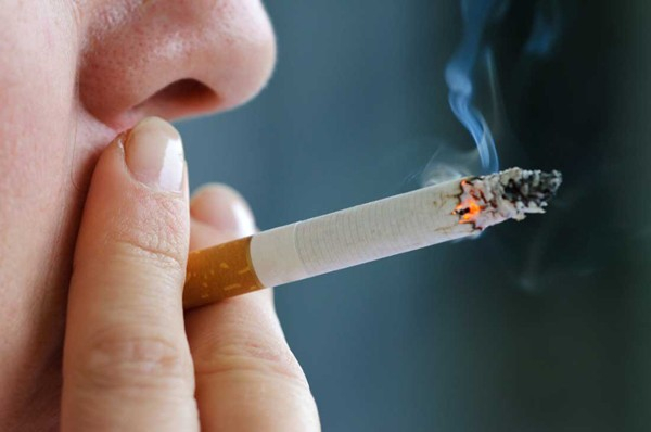 Thuốc lá không chỉ gây các bệnh về phổi, tim mạch, mà chúng còn gây ra hàng loạt các bệnh về mắt khác. Ảnh: minh họa.