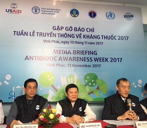 Đại diện Bộ Y tế và Tổ chức Y tế thế giới tại Việt Nam trả lời báo chí. Ảnh: DN