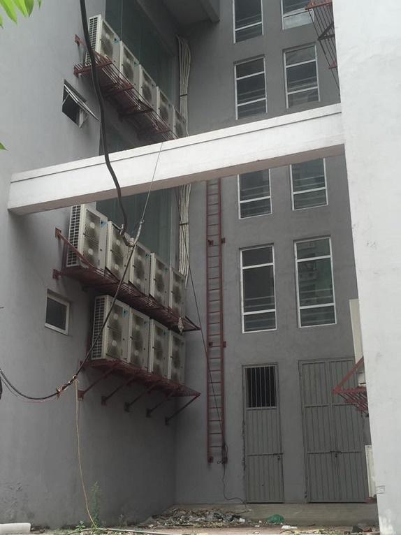 Cơ sở vật chất bên ngoài toà nhà đang có dấu hiệu xuống cấp.
