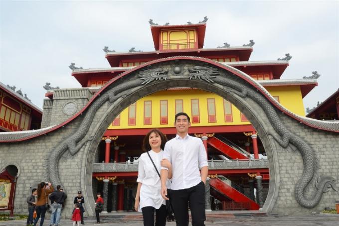 """Ngay sau khi công viên chính thức mở cửa, nhiều du khách đã đến Sun World Ha Long Park để sở hữu những chiếc vé đầu tiên vào công viên chủ đề Dragon Park. Đôi bạn trẻ đến từ Hạ Long này hào hứng chia sẻ: """"Nghe thông tin về tàu lượn siêu tốc hàng đầu Đông Nam Á, tụi em không thể bỏ qua""""."""
