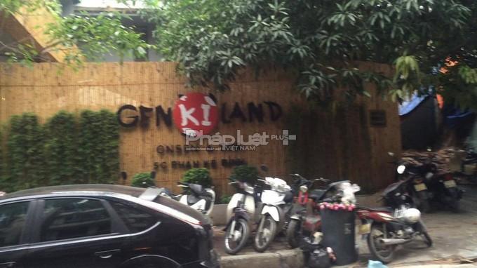 Nhà hàng có biển hiệu chữ Nhật Bản.