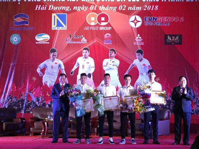 Lãnh đạo tỉnh Hải Dương trao bằng khen cho các cầu thủ
