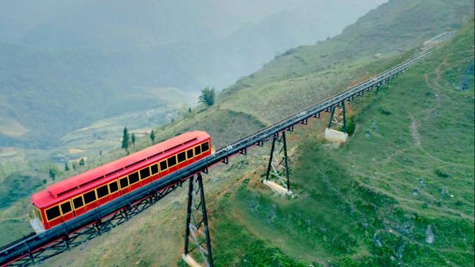 Tàu hỏa leo núi Mường Hoa nhìn từ trên cao