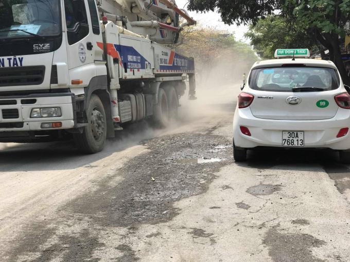 Người dân phát khổ vì bụi từ các xe đi ra từ trạm trộn bê tông Sơn Tây