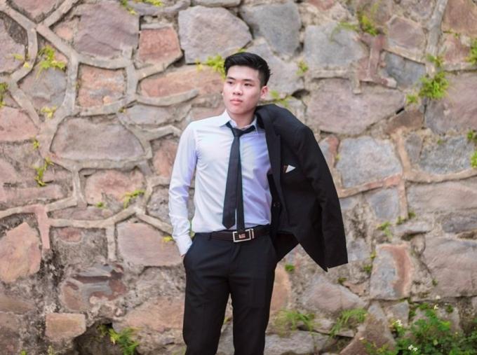 Em Lê Bá Hoàng (lớp 12 Toán Trường THPT chuyên Hùng Vương, tỉnh Phú Thọ) đạt được tổng điểm 3 môn khối B lên đến 29.55 và trở thành thí sinh có điểm thi cao nhất tỉnh Phú Thọ.