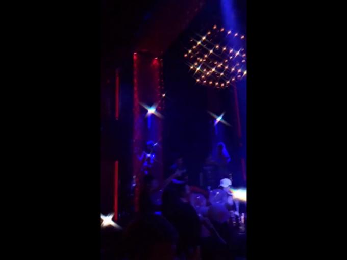 Nhiều bạn trẻ sử dụng bóng cười như một thú vui tại quán bar Oddie Club, phường Hàng Đào, HN