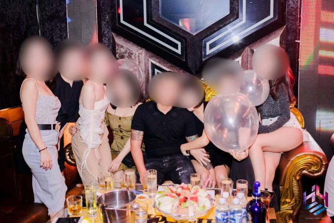 Nhiều chai rượu mạnh cùng với bóng cười được các bạn trẻ sử dụng.