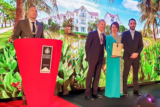 """Đại diện Vinhomes nhận giải thưởng """"Bất động sản tốt nhất thế giới"""" 2018do IPA trao tặng."""