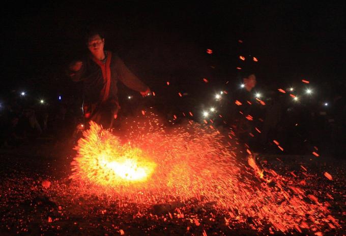 Độc đáonghi lễ Nhảy lửa của đồng bào dân tộc Pà Thẻn (Ảnh Minh Phụng)