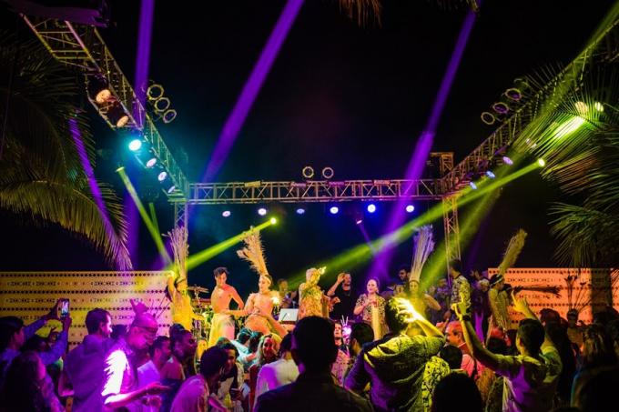 Không gian của bữa tiệc được khuấy động bằng màn DJ sôi động. Các khách mời cùng cô dâu chú rểcùng hòa nhịp trong những vũ điệu cuồng say, trao gửi cho nhau những tiếng cười, ,lời chúc hạnh phúc lứa đôi bền chặt cho cặp đôi tỷ phú.