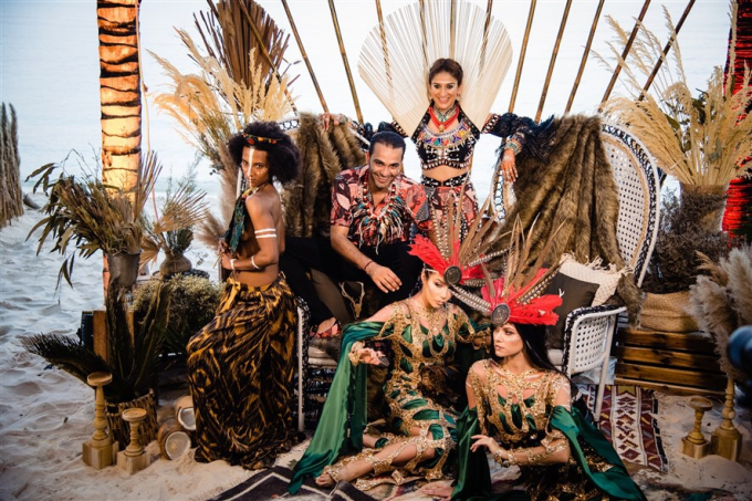 Dress code của bữa tiệc được quy định theo phong cách Tribal, côdâutỷ phú Kaabia Grewal xuất hiện đầy quyến rũ trongbộ váylộng lẫyđược trang trívớihoa văn rực rỡ kết hợp với tua rua có kết hạt gỗ.
