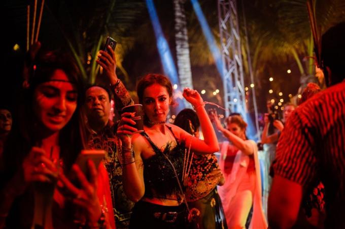 Mỗi khách mời tham dự buổi tiệc đều được các nghệ sĩ Ấn Độ trang trí khuôn mặt, thân hình theo đúng phong cách thổ dân với các đường sọc, tam giác ấn tượng.
