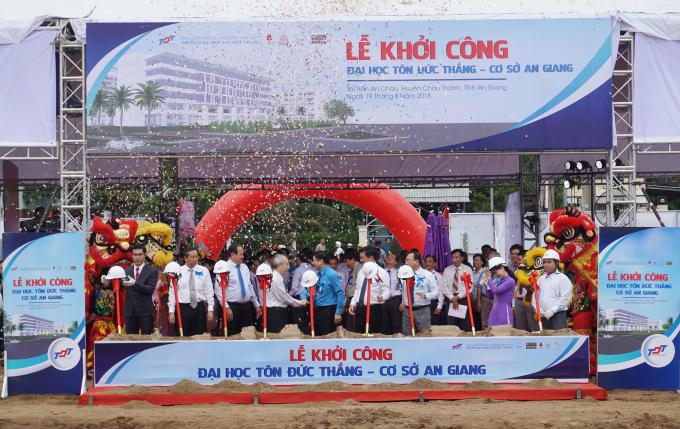 Các đại biểu làm lễ khởi công xây trường Đại học Tôn Đức Thắng cơ sở An Giang.