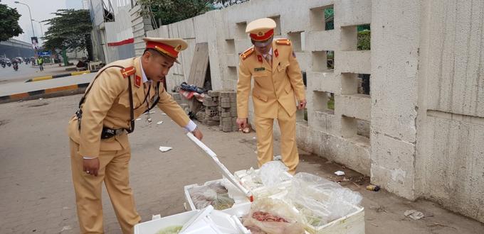 CSGT bắt xe khách chở gần 3 tạ nội tạng thối tuồn vào Hà Nội.